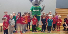"""Die """"Großen"""" starten in die Ferien … die """"Kleinen"""" übernehmen den Sportplatz 😊."""